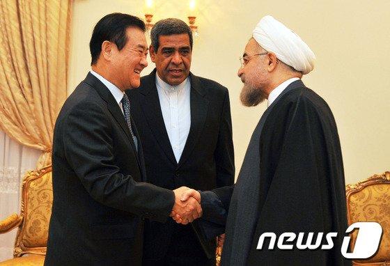 [사진]로하니 이란 대통령과 악수하는 강창희 의장