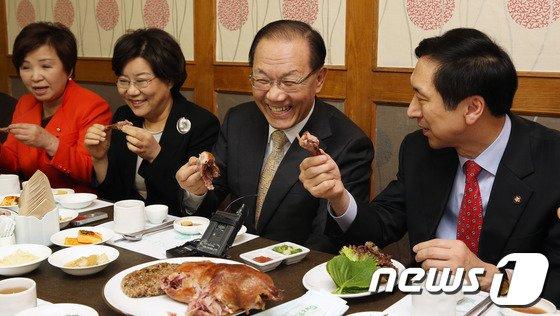 [사진]황우여 대표 '오늘 점심은 오리고기'