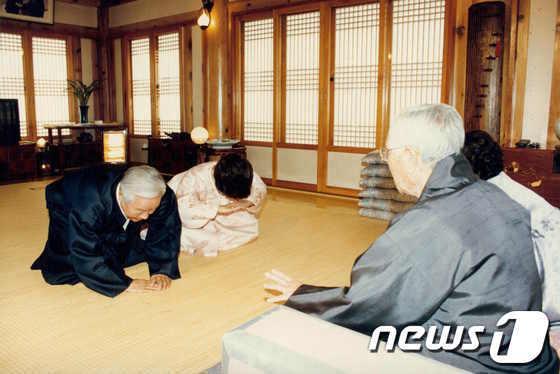 [사진]세배하는 김영삼 대통령 내외