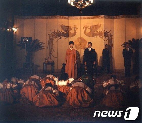 [사진]박정희 대통령 내외 신년하례