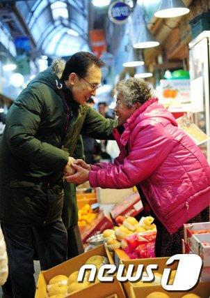 [사진]통인시장 방문한 이명박 대통령 모습 공개