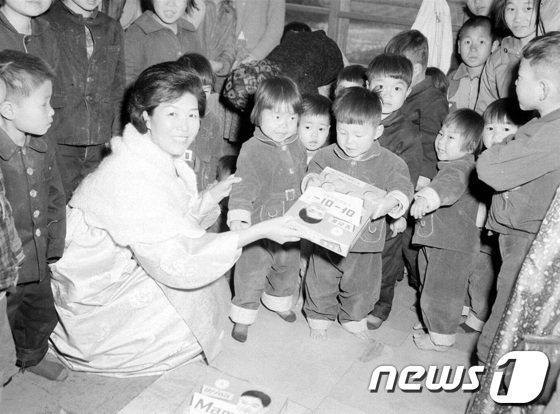 [사진]1965년 육영수 여사 고아원 방문 자료