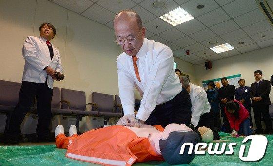 [사진]보건복지부 장관, 응급대처는 이렇게