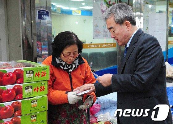 [사진]온누리 상품권으로 장보는 유진룡 장관