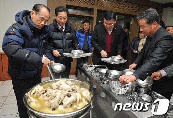 [사진]닭고기 시식캠페인 열린 울산 울주군청
