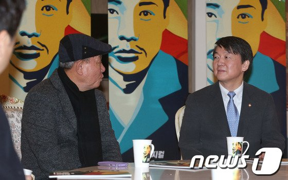[사진]'영웅' 연출 윤호진 대표 환담하는 안철수 의원