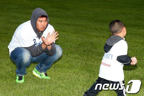 [사진]류현진 '잘 던져봐'