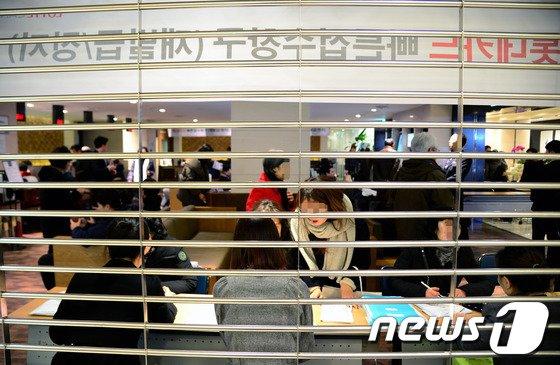 최근 신용카드 개인정보 유출로 인한 피해를 막기 위해 카드를 정지 혹은 해지하기 위해 롯데카드센터에 몰린 고객들.(자료사진) © News1 박정호 기자