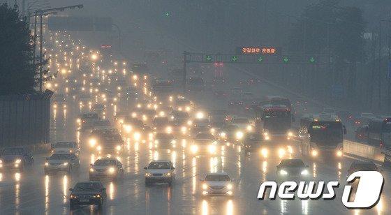 설 연휴 마지막 날인 2일 오전 막바지 귀경행렬로 전국 주요고속도로 상행선에 정체가 빚어지고 있다.  © News1   양동욱 기자