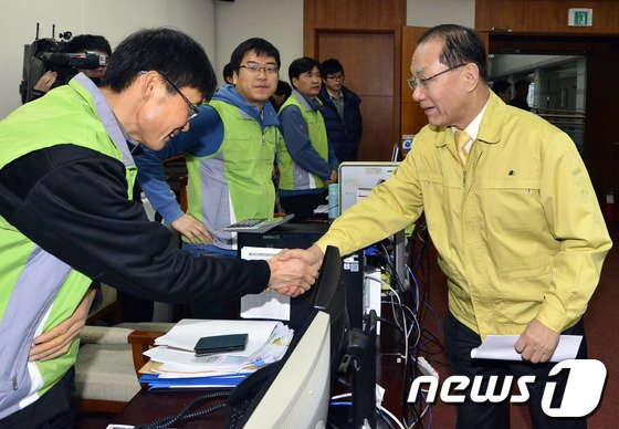 [사진]경기도 AI종합상황실 방문한 황우여 새누리당 대표