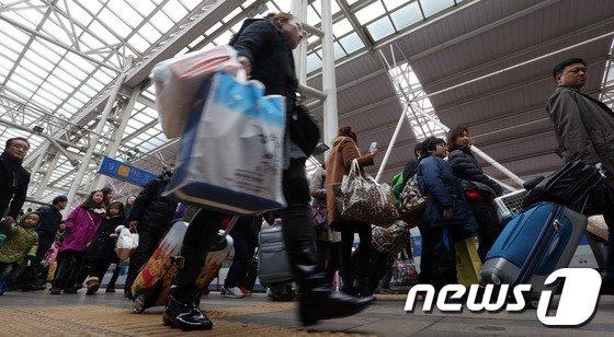 [사진]서울역 귀경객, '아쉬운 마음 뒤로 한 채'