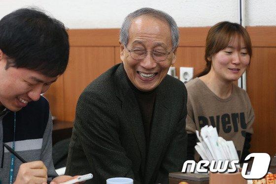 [사진]취재진 만나는 윤여준 새정추 의장