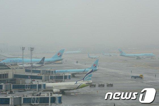 [사진]김포공항 짙은 안개…오전 한때 운항 차질
