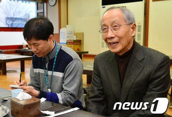 [사진]취재진 만나는 윤여준
