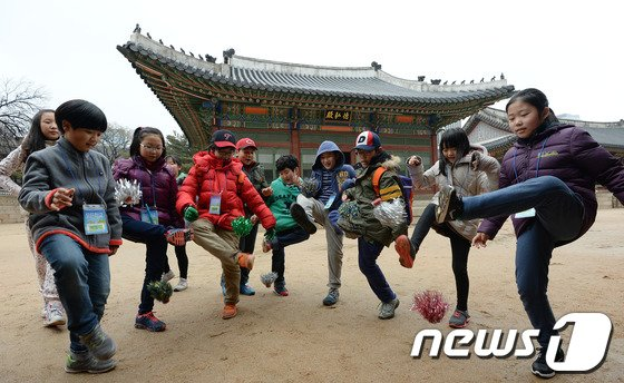[사진]'궁에서 제기차기 해요'