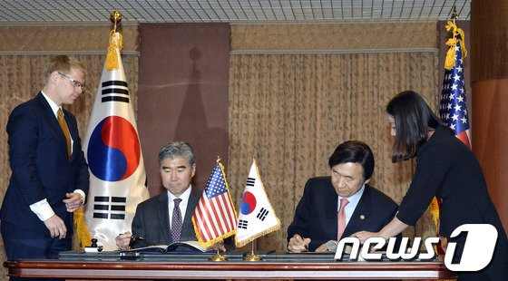 [사진]방위비 특별협정에 서명한 한-미
