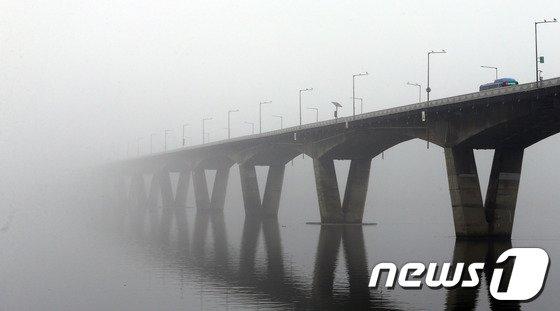 [사진]짙은 안개…원효대교가 사라졌네