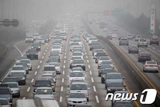 """설 연휴 마지막날인 2일 오후 영동고속도로 상행선 인천방향 여주휴게소 부근이 귀경차량들로 정체를 빚고 있다.한국도로공사 관계자는 """"이날 정체는 오후 4시에서 6시 사이 가장 극심해졌다가 이후부터 감소 추세에 접어들 것""""이라며 """"자정에는 일부 구간만을 제외하고 대부분 구간에서 정체가 해소되겠다""""고 밝혔다. 2014.2.2/뉴스1 © News1 유승관 기자"""