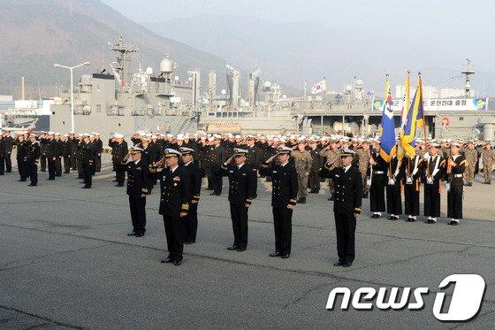 해군, 해병대 장병 380여명과 상륙함인 향로봉함(LST), 상륙돌격장갑차(KAAV) 8대 등으로 구성된 '대한민국 코브라골드 훈련전대'가 태국에서 열리는 연합훈련에 참가하기 위해 2일 오후 진해항을 출항하기 앞서 환송식을 진행하고 있다.(해군 제공) © News1