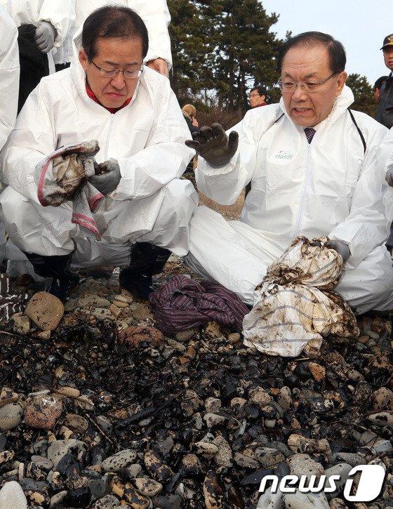 [사진]황우여-홍준표 '남해지역 방제작업'