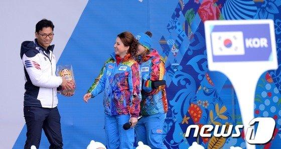 [사진][올림픽]러시아 전통 목각 인형 선물받은 김재열단장