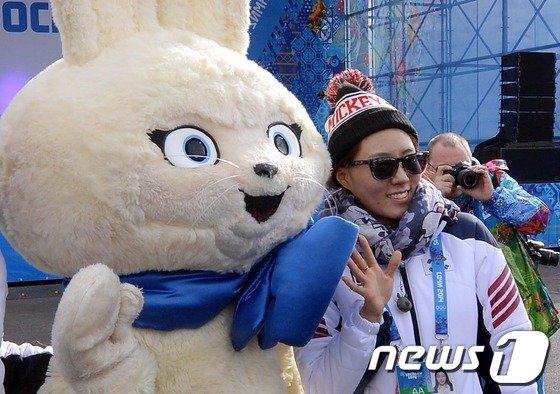 [사진][올림픽]이상화 '제가 토끼보다 귀엽죠?'