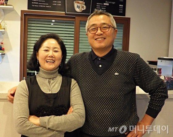 제주시 애월읍 신엄리 해안도로에 위치한 펜션 '준타하우스'를 운영하고 있는 박진수(오른쪽)·최연자 부부는 용인, 안산에서 거주하다 제주로 귀촌했다. / 사진=김유경기자