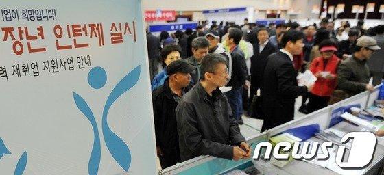 지난해 4월 서울 성동구청 대강당에서 열린 중장년 취업박람회 '4060 희망일자리 한마당'을 찾은 구직자들이 장년 인턴제 상담을 받기 위해 줄지어 서 있다. '© News1