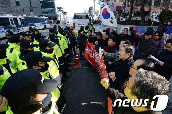 [사진]경찰과 대치하는 독도수호 전국연대