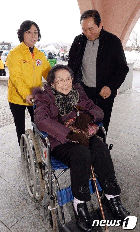 [사진]밝은 표정의 이산가족 상봉자