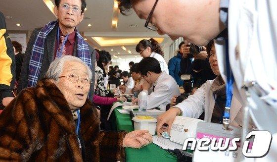 [사진]건강검진 받는 이산가족 최고령 할머니