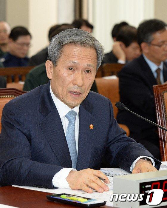 [사진]김관진 장관 '국방위 답변'