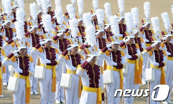 [사진]힘찬 경례 하는 간호사관학교 입학생도