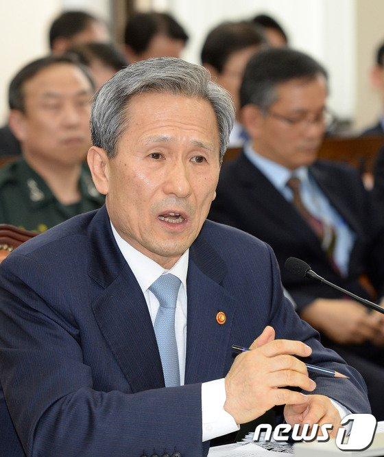 [사진]질의 답변하는 김관진 국방장관