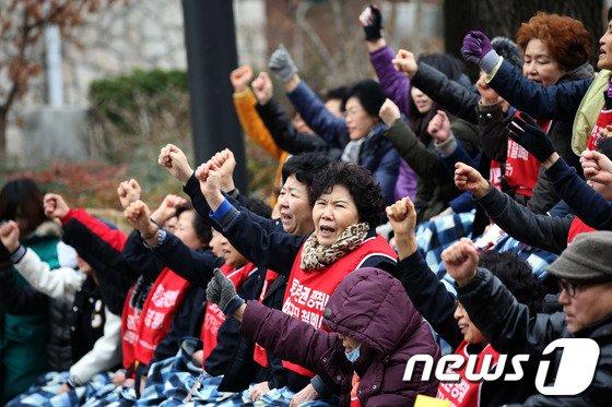 지난달 7일에는 중앙대학교 청소노동자들이 점심시간을 이용해 서울 동작구 흑석동 교내 중앙마루에서 근무환경 개선과 용역업체 교체를 주장하며 '파업 승리 결의대회'를 열었다. © News1 한재호 기자