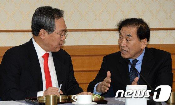 [사진]의견주고받는 '국회 개헌모임'
