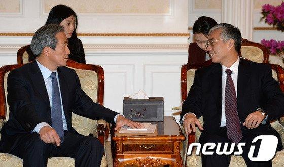 [사진]주한중국대사와 대화하는 정몽준 의원