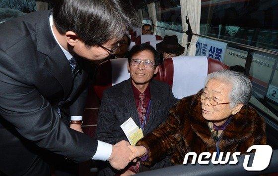 [사진]이산가족 상봉 배웅하는 류길재 장관