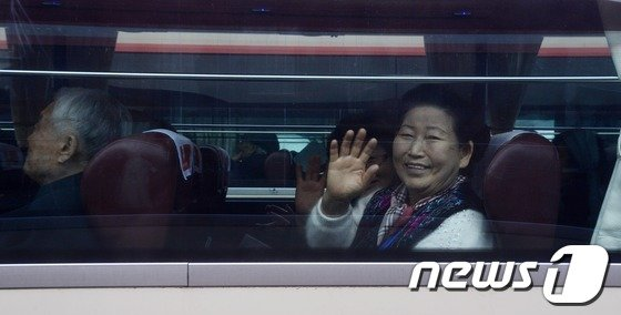 [사진]이산가족 상봉 '미소 가득'