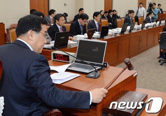 [사진]김정훈 정무위원장 '개회 선언합니다'