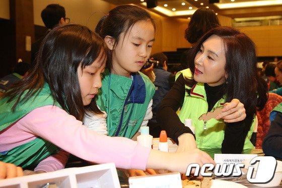 [사진]채시라, 어린이들과 함께 뜻깊은 시간!