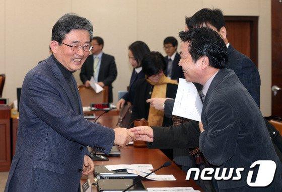[사진]이한구-홍종학 '잘 해봅시다'