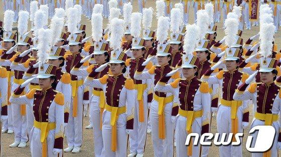 [사진]경례하는 간호사관학교 졸업생도