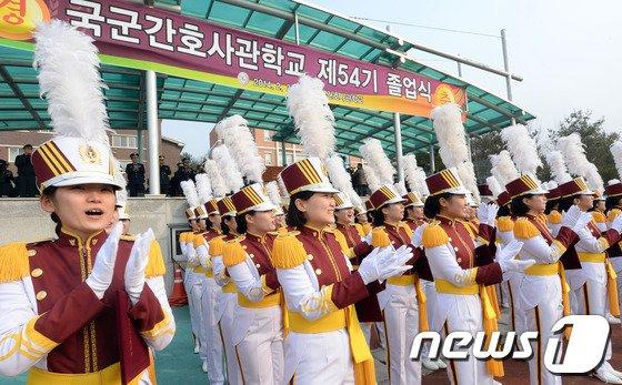 [사진]간호사관생도 '졸업 박수'