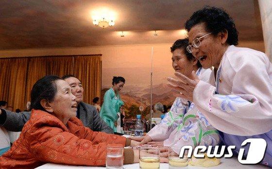 [사진]'꿈인가 생시인가' 다시 만난 南北의 자매들