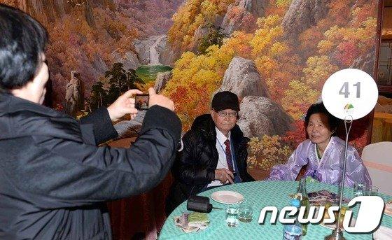 20일 금강산에서 열린 남북 이산가족상봉행사에서 남측 손기호(91세 왼쪽)씨가 북측의 딸을 만나 기념촬영을 하고 있다. 이번 상봉행사는 지난 2010년 10월 이후 3년 4개월만이다. 2014.2.20/뉴스1 © News1 사진공동취재단