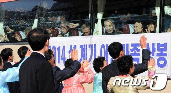 [사진]이산가족 상봉단 '눈물 속 작별'
