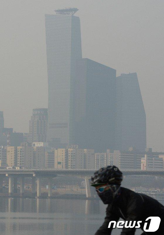 [사진]미세먼지 유입... 마스크 착용하세요