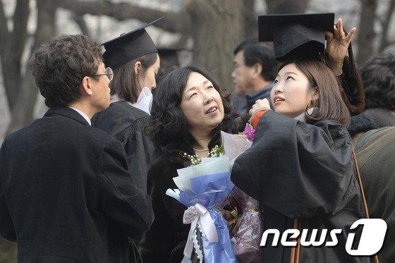 [사진]'우리 딸 졸업하느라 수고했어'