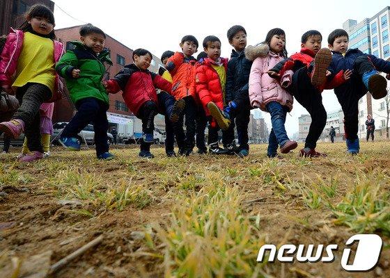 [사진]'보리밟기하는 어린이들'